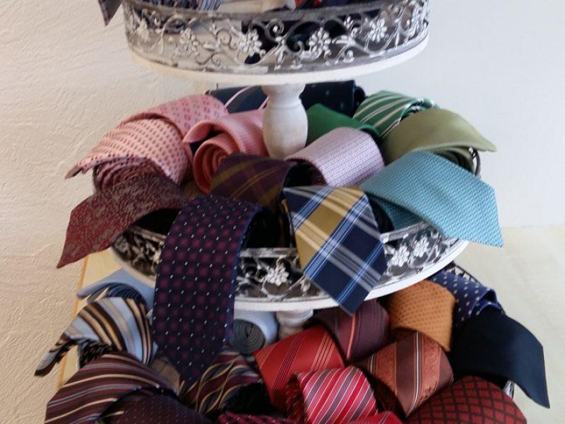 Diverse farbige Krawatten in Etagenstaender ausgestellt